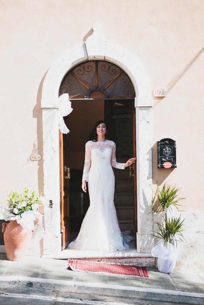 fotografia sposa esce di casa