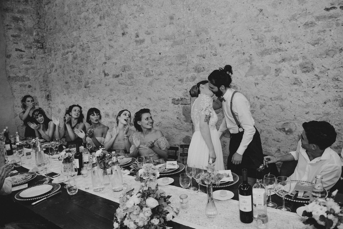 fotografo matrimonio cortona sposi bacio