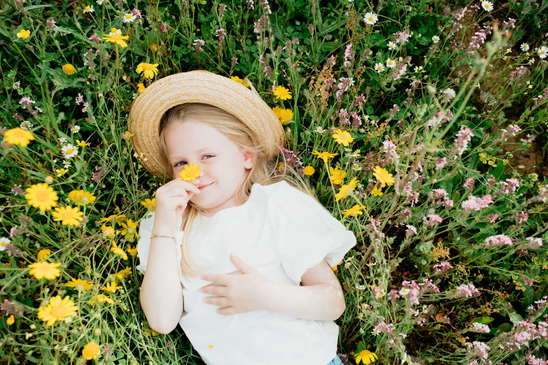 bambina in mezzo ai fiori in primavera